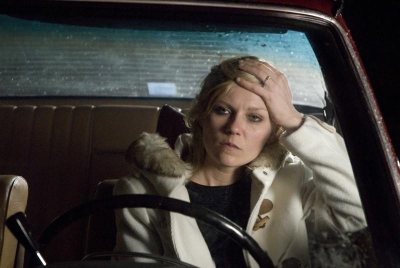 Love&Secrets: Kirsten Dunst in un momento di tensione del film