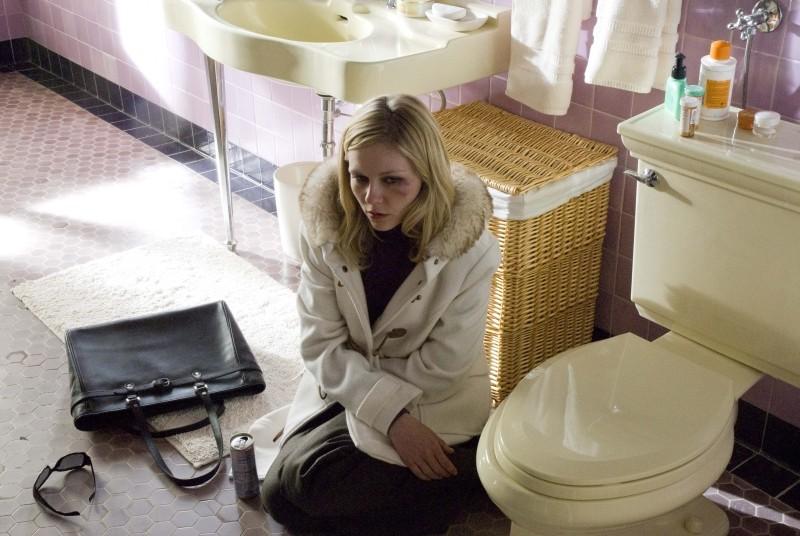 Love&Secrets: Kirsten Dunst sconsolata in una scena del film