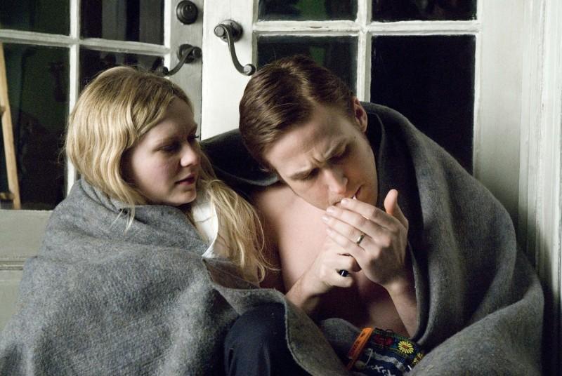 Love&Secrets: Ryan Gosling e Kirsten Dunst in una scena d'intimità
