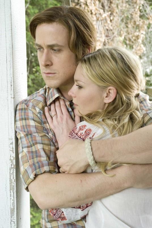 Love&Secrets: Ryan Gosling e Kirsten Dunst si abbracciano in una scena del film
