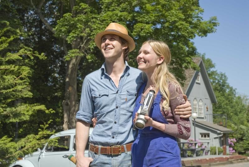 Love&Secrets: Ryan Gosling e Kirsten Dunst sorridono in una scena del film
