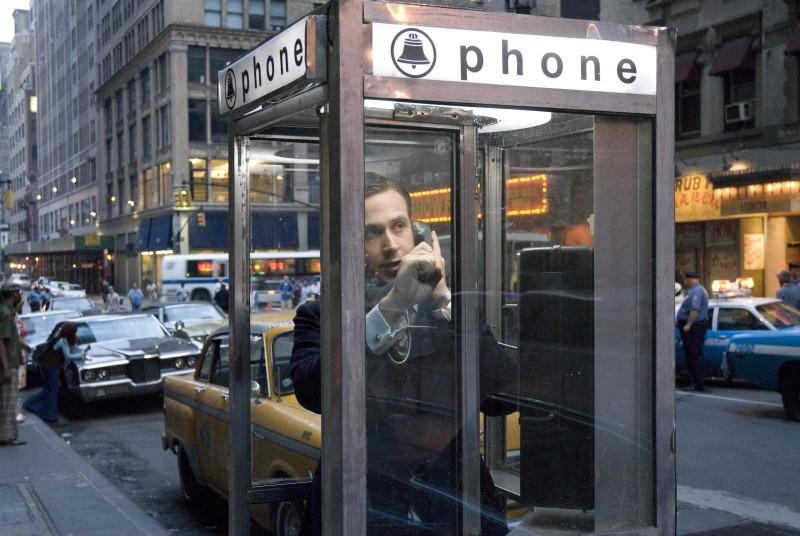 Love&Secrets: Ryan Gosling telefona nervosamente in una scena
