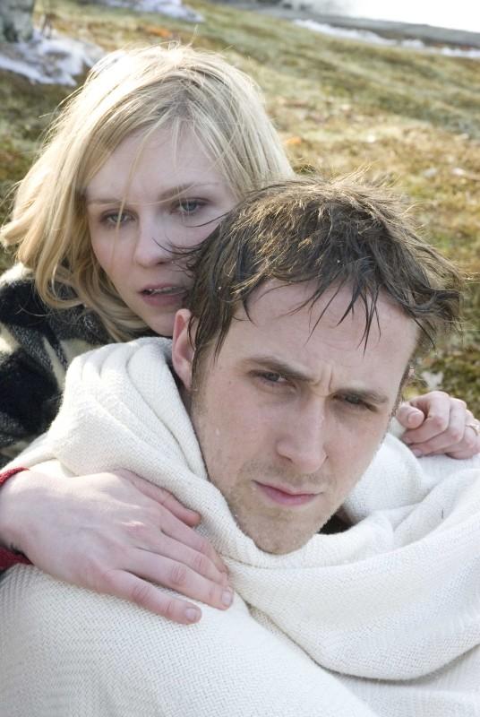 Ryan Gosling e Kirsten Dunst in una tenera scena di Love&Secrets