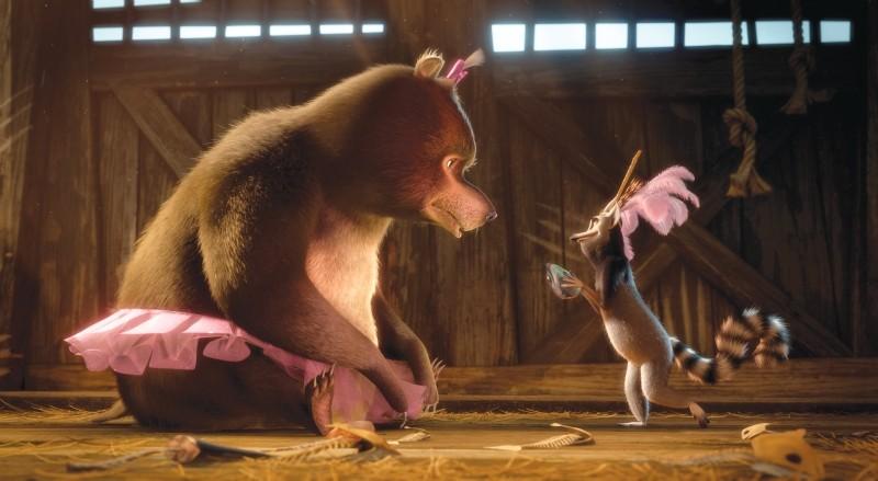 Madagascar 3: ricercati in Europa, King Julien con il suo amico orso in una scena del film