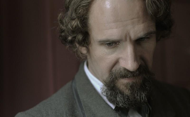 Un primo piano di Ralph Fiennes nei panni di Charles Dickens in The Invisible Woman
