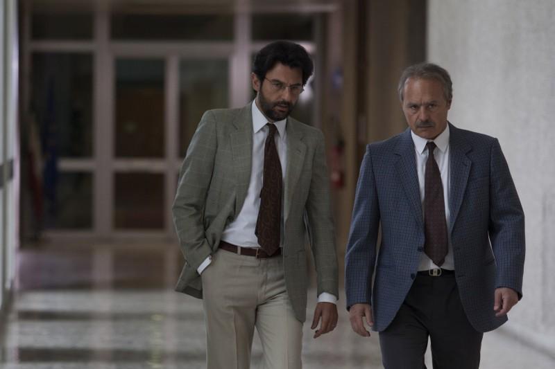 I 57 giorni: Luca Zingaretti in una scena con Enrico Ianniello