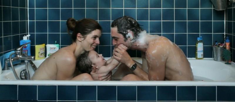 La guerra è dichiarata: Jérémie Elkaïm e Valérie Donzelli in una tenera scena familiare