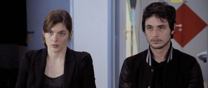 La guerra è dichiarata: Jérémie Elkaïm e Valérie Donzelli seduti di fronte alla tragica verità in una scena