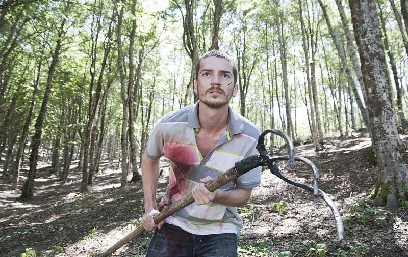 Paura: Lorenzo Pedrotti armato di rastrello in una scena del film