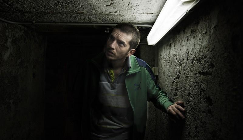 Paura: Lorenzo Pedrotti si aggira nei sotterranei in un'immagine tratta dal film