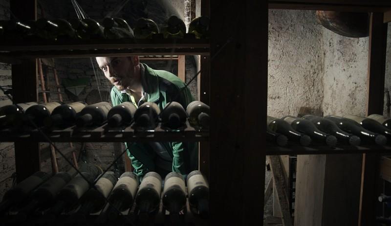 Paura: Lorenzo Pedrotti si nasconde in cantina in una scena del film