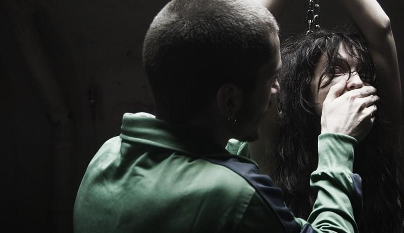 Paura: Lorenzo Pedrotti tiene in ostaggio Francesca Cuttica in una scena del film