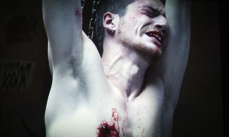 Paura: Lorenzo Pedrotti torturato in una macabra scena del film