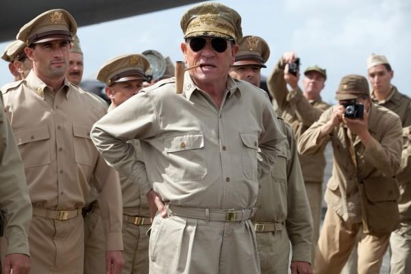 Tommy Lee Jones circondato dalle truppe nella prima immagine di The Emperor