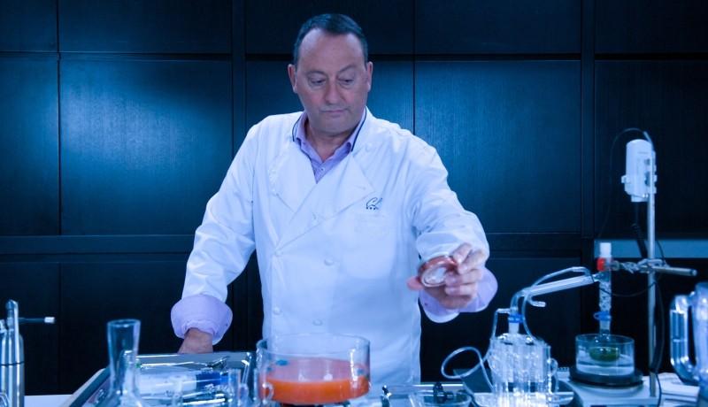 Chef: Jean Reno ai fornelli in una scena del film