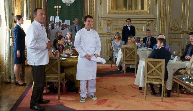 Chef: Jean Reno e Michaël Youn in sala con i clienti del ristorante