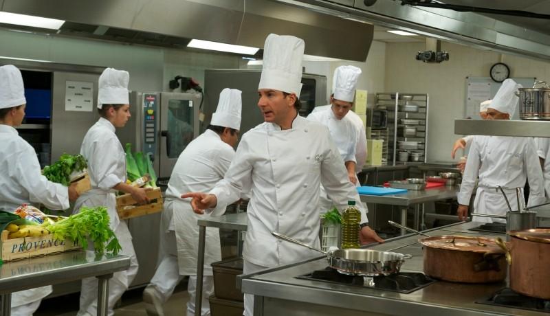 Chef: Michaël Youn in una scena dà disposizioni in cucina alla sua squadra di aiutanti