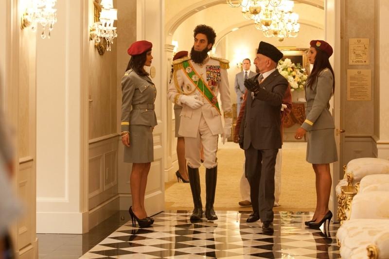Il dittatore: Sacha Baron Cohen in una scena del film con Ben Kingsley