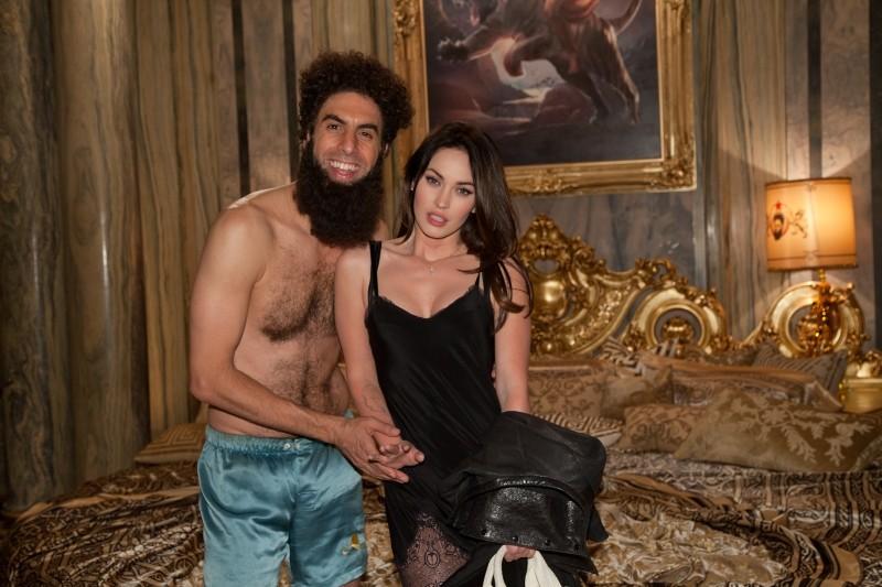 Il dittatore: Sacha Baron Cohen in una scena del film si fa ritrarre in una foto privata con Megan Fox
