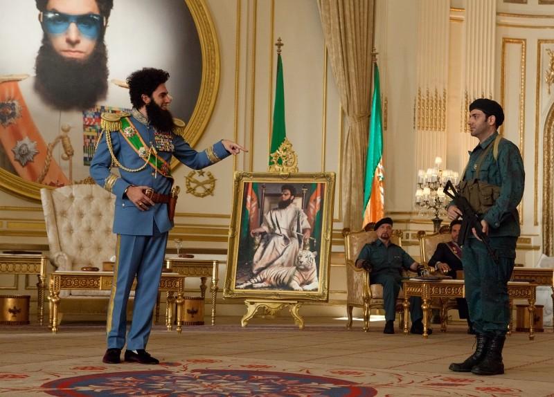 Il dittatore: Sacha Baron Cohen nei panni dell'ammiraglio Aladeen in una scena