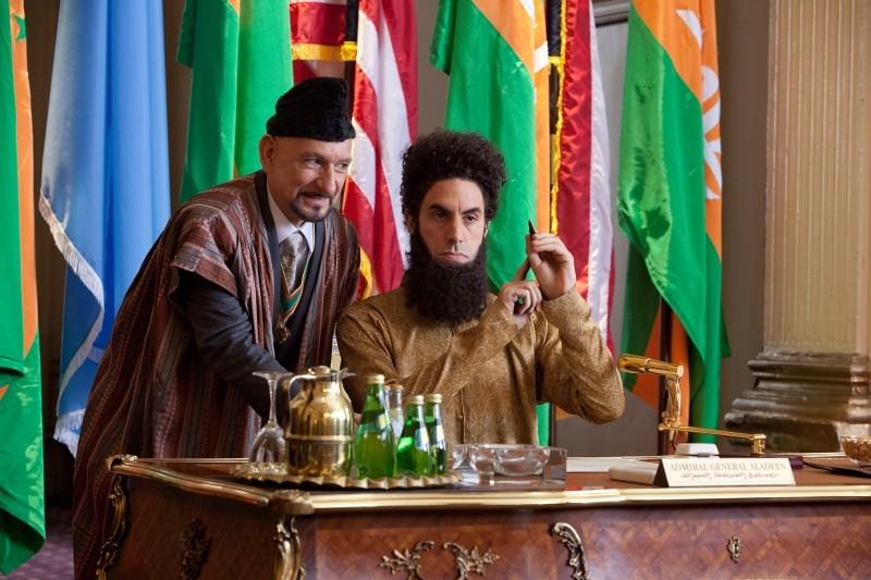Il dittatore: Sacha Baron Cohen nei panni dell'ammiraglio Aladeen in una scena con Ben Kingsley