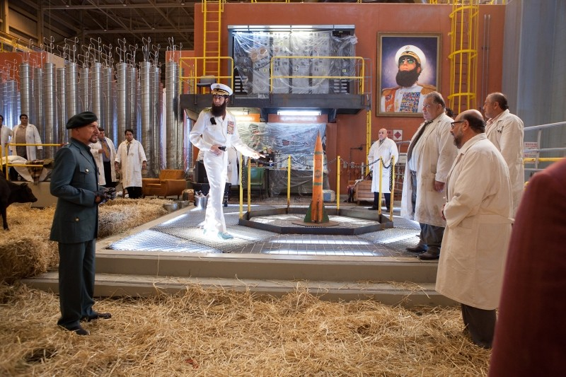 Il dittatore: Sacha Baron Cohen nei panni dell'ammiraglio Aladeen insieme a Ben Kingsley in una scena