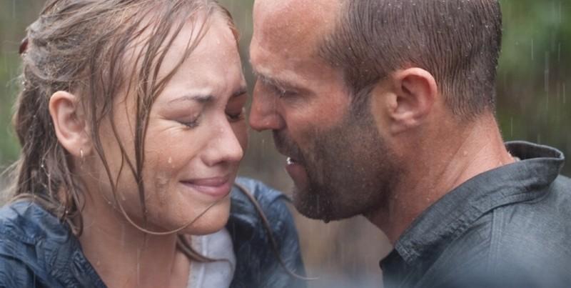 Killer Elite: Jason Statham insieme a Yvonne Strahovski in una scena del film