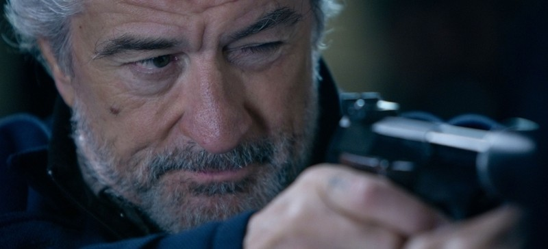 Killer Elite: Robert De Niro prende la mira in una scena del film