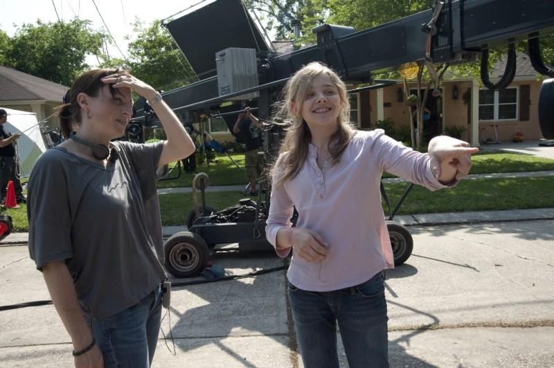 La regista Ami Canaan Mann insieme a Chloe Moretz sul set de Le paludi della morte