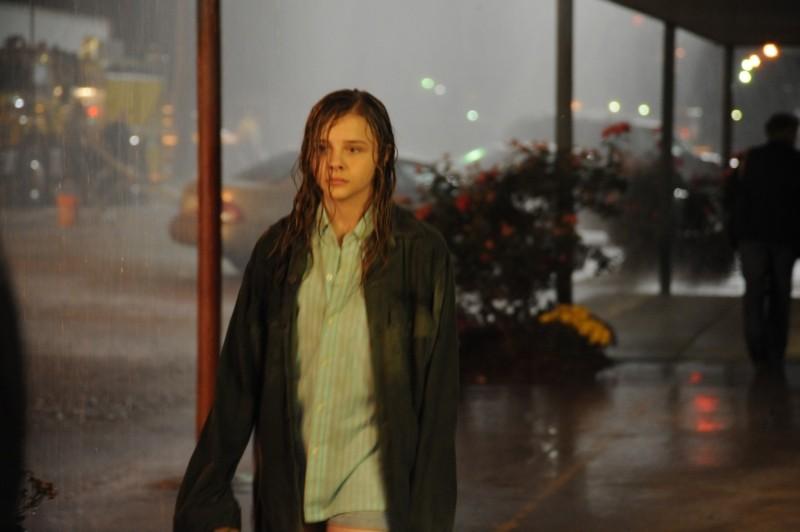 Le paludi della morte: Chloe Moretz sotto la pioggia in un'immagine del film