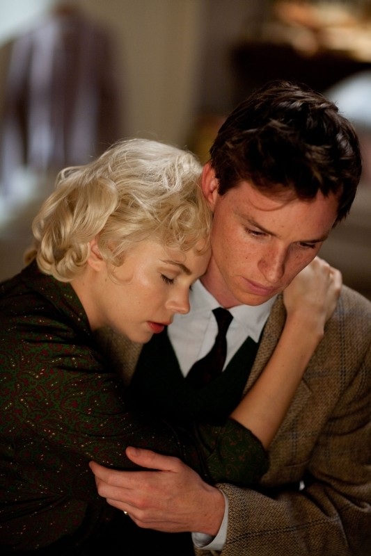 Marilyn: Michelle Williams abbraccia Eddie Redmayne in una scena