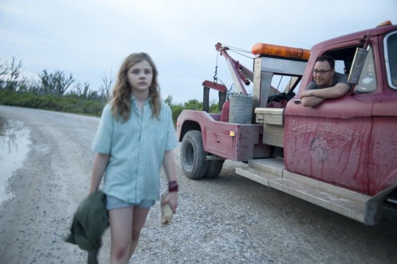 Texas Killing Fields: Stephen Graham molesta Chloë Moretz in una scena del film