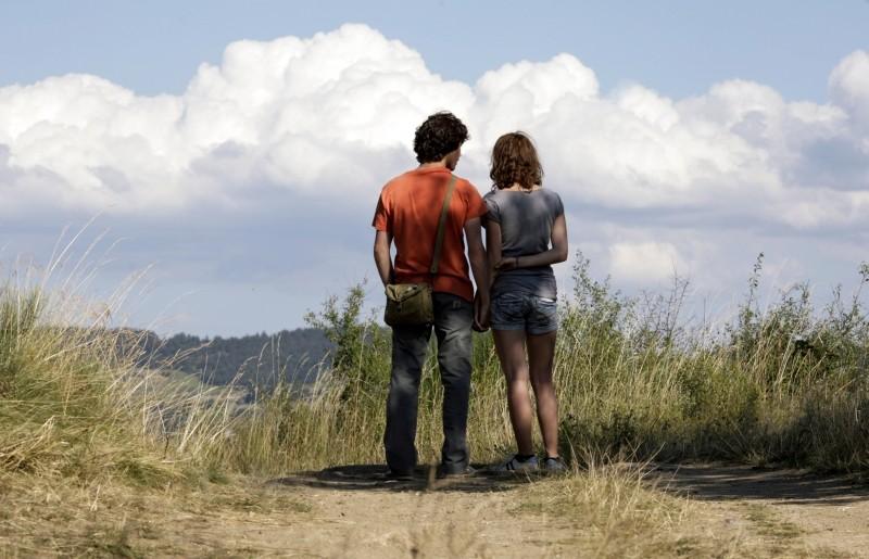 Un amore di gioventù: Lola Creton e Sebastian Urzendowsky di spalle in una scena del film