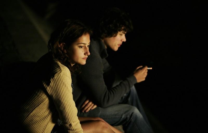 Un amore di gioventù: Lola Creton insieme a Sebastian Urzendowsky in un'immagine notturna del film