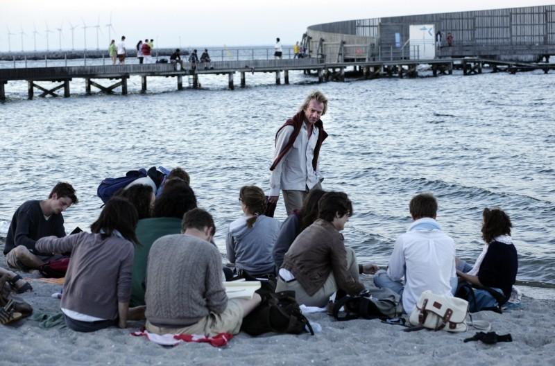 Un amore di gioventù: Magne Håvard Brekke insieme ad alcuni studenti sulla spiaggia in una scena del film