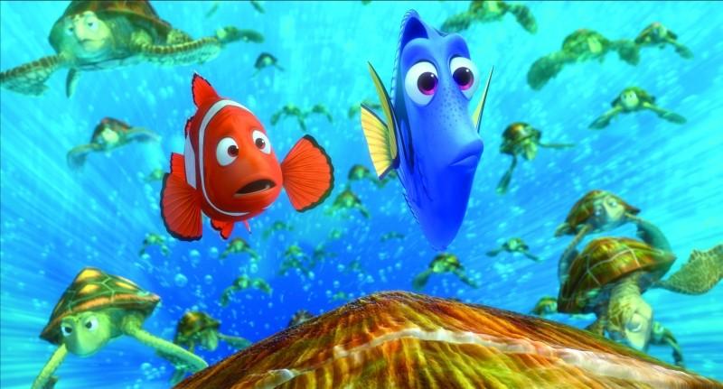 Alla ricerca di Nemo in 3D: Dory e il piccolo Nemo in mezzo alle tartarughe in una scena del film