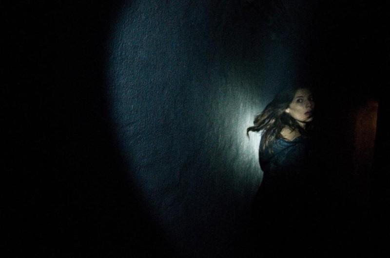 Chernobyl Diaries: Devin Kelley fugge spaventata in una scena del film