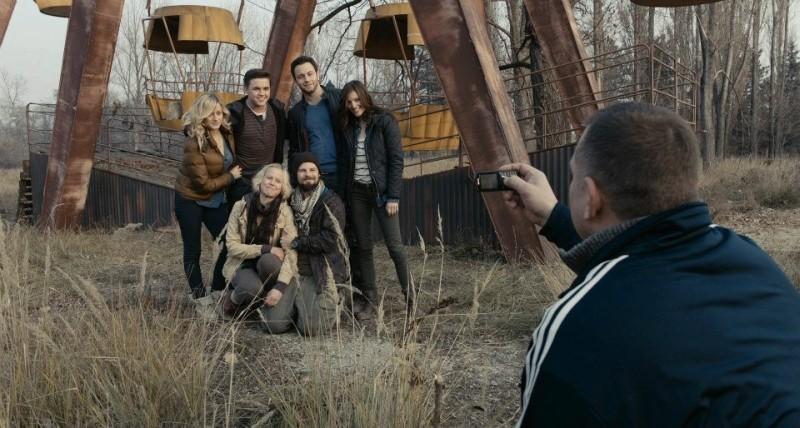 Chernobyl Diaries: i protagonisti in una macabra foto ricordo tratta dal film