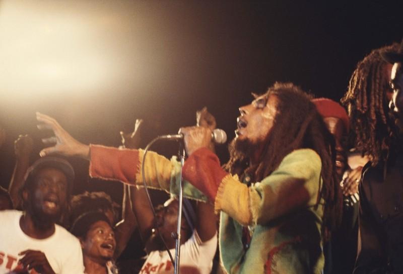 Marley: il grande Bob Marley durante un concerto in una scena del documentario di Kevin MacDonald