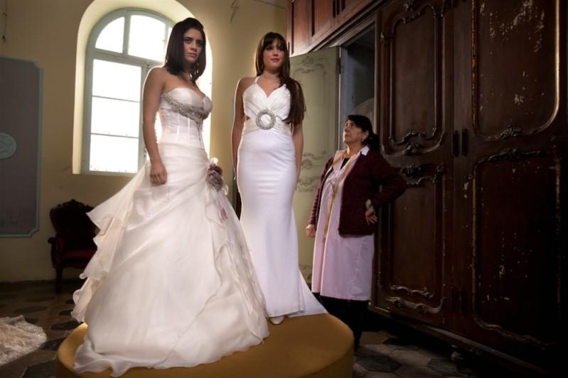 Qualche nuvola: Greta Scarano e Veronica Corsi durante la prova dell'abito da sposa in una scena del film