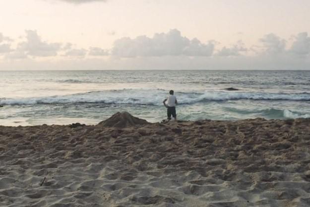 Joaquin Phoenix su una spiaggia deserta in The Master