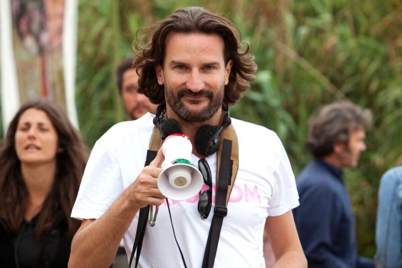 L'amore dura tre anni: il regista Frédéric Beigbede col megafono sul set