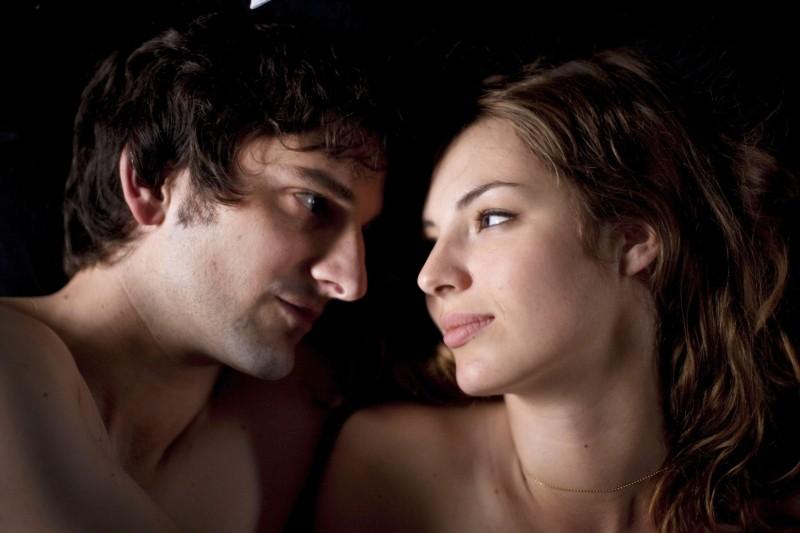L'amore dura tre anni: Louise Bourgoin e Gaspard Proust in una tenera scena del film