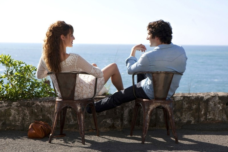 L'amore dura tre anni: Louise Bourgoin e Gaspard Proust si rilassano al mare in una scena