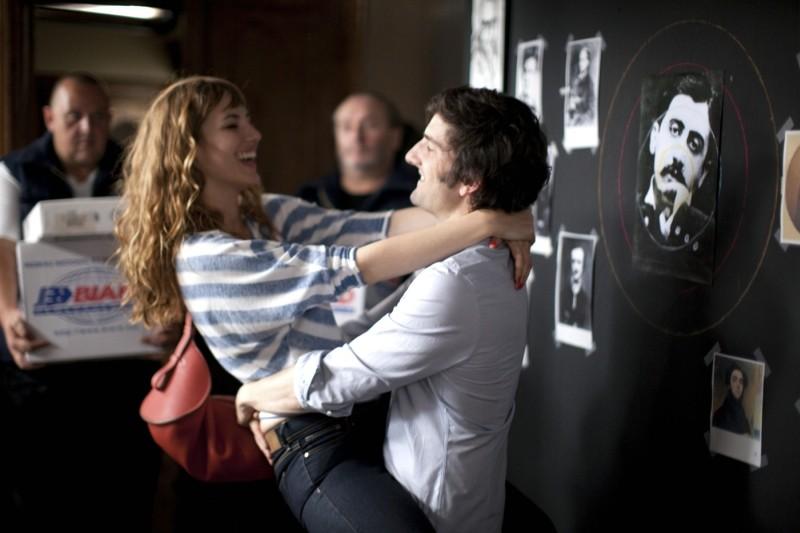 L'amore dura tre anni: Louise Bourgoin in braccio a Gaspard Proust in una scena