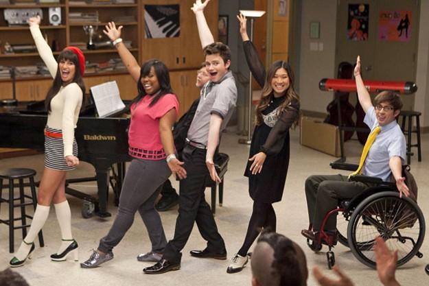 Lea Michele, Chris Colfer, Amber Riley, Jenna Ushkowitz e Kevin McHale in una scena del finale della terza stagione di Glee, Il giorno del diploma