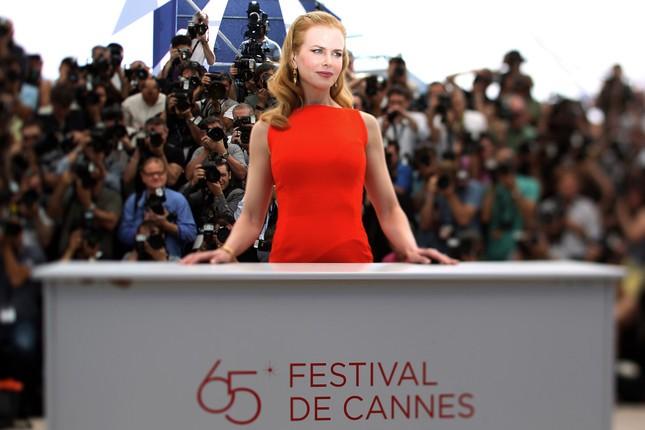 Nicole Kidman a Cannes si offre ai fotografi prima della conferenza stampa di The Paperboy
