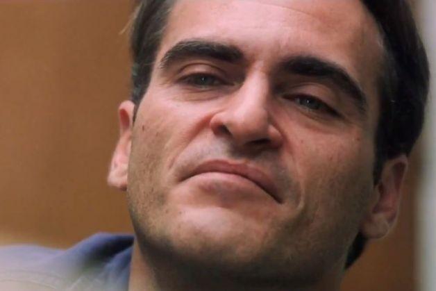 Un primo piano di Joaquin Phoenix in The Master