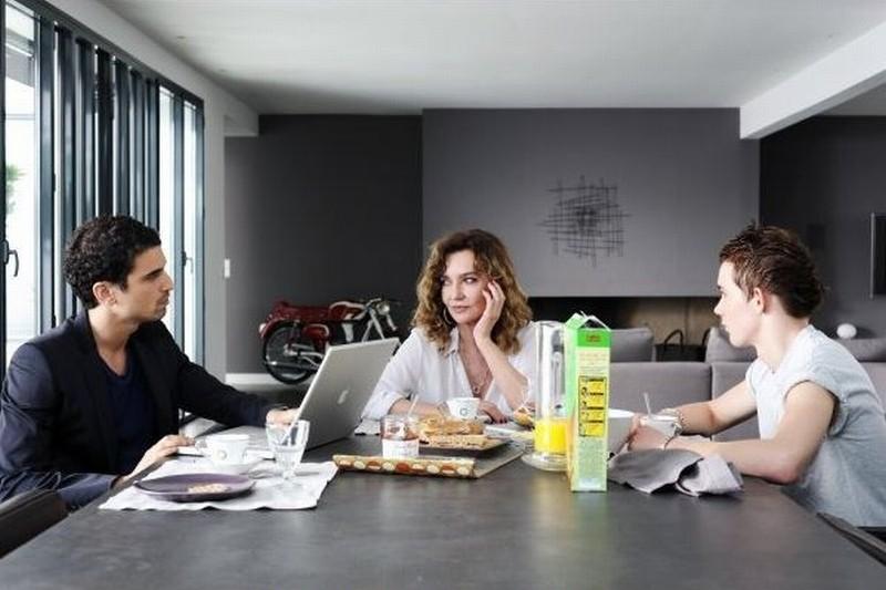 Adorabili amiche: Caroline Cellier in una scena del film cerca di ammaliare due giovani
