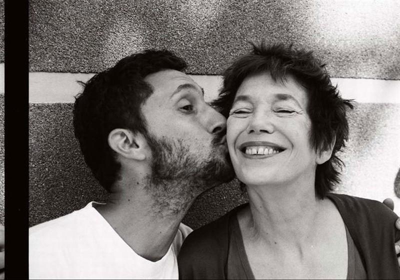 Adorabili amiche: il regista Benoît Pétré bacia Jane Birkin in una foto promozionale
